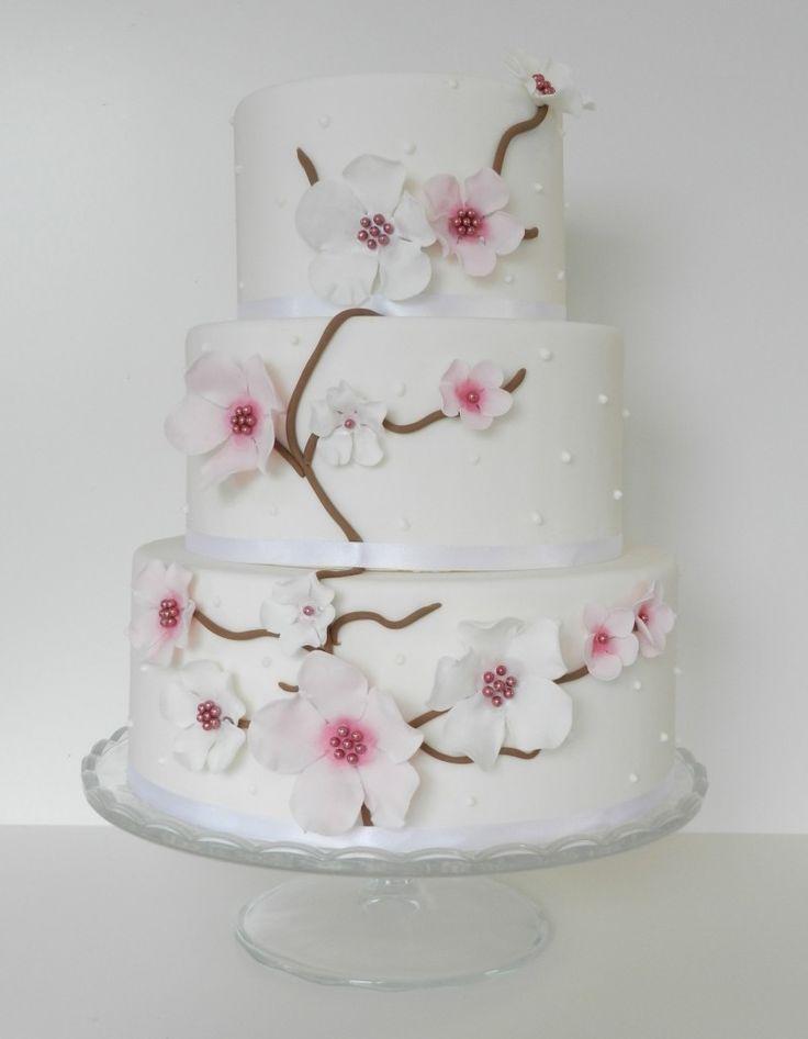Met roze en witte bloemen.