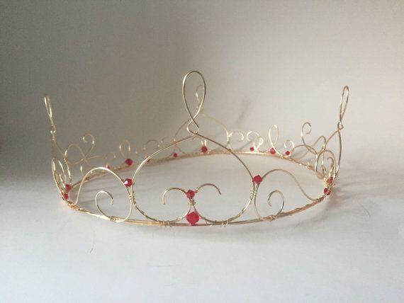 Corona de alambre de oro con cristales rojo rubí por WirePrincess