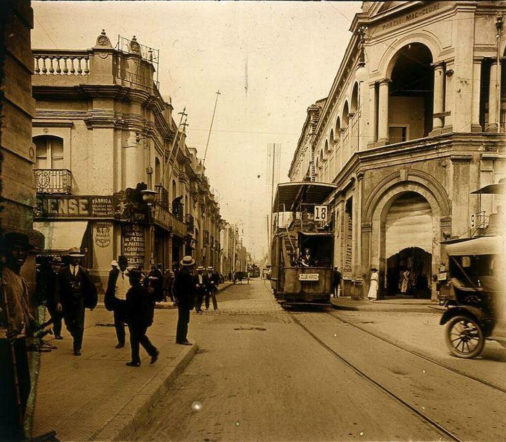 Esquina de Estado y Monjitas. 1910. El edificio de la izquierda es La Moneda Chica.