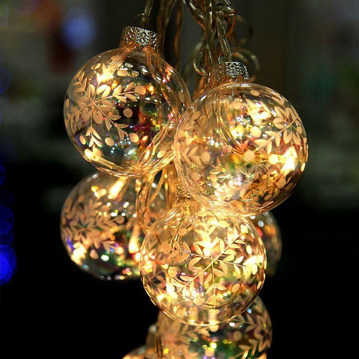 Vesta er en nydelig LED slynge med 9 klare glasskuler med mønster av hvite snøkrystaller. Slyngen er meget dekorativ og vil gi deg vakkert lys hvor du enn bruker den.