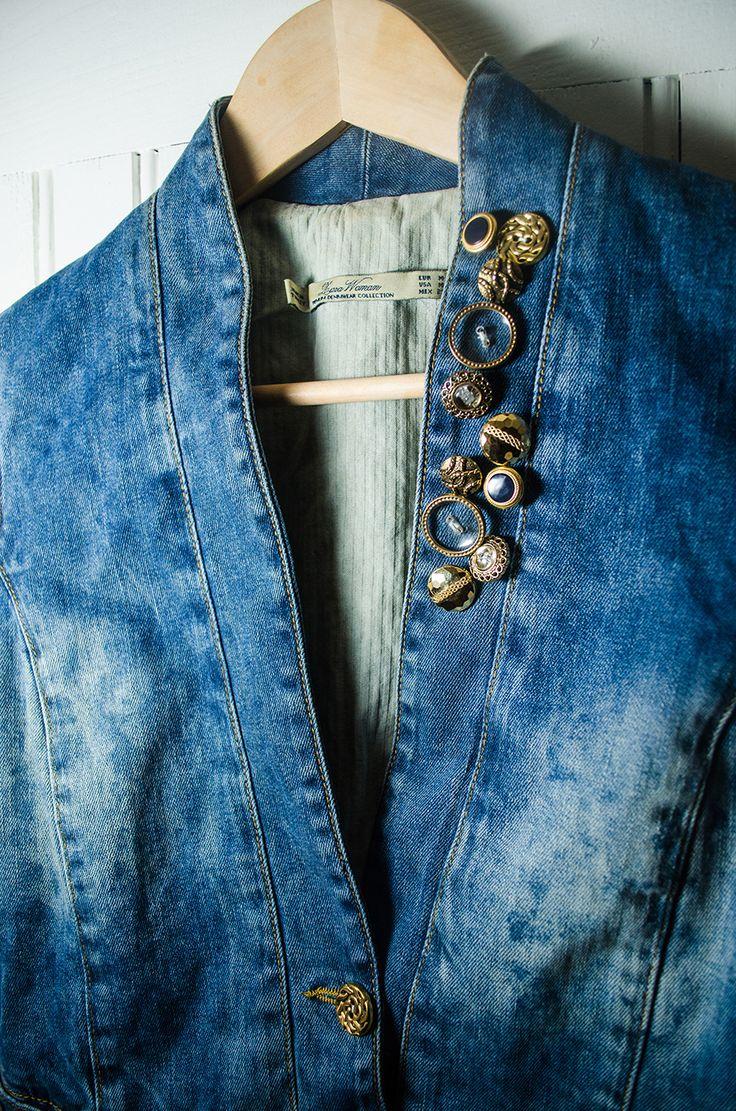 Customisation d'une veste en jean avec des boutons | Kustom Couture