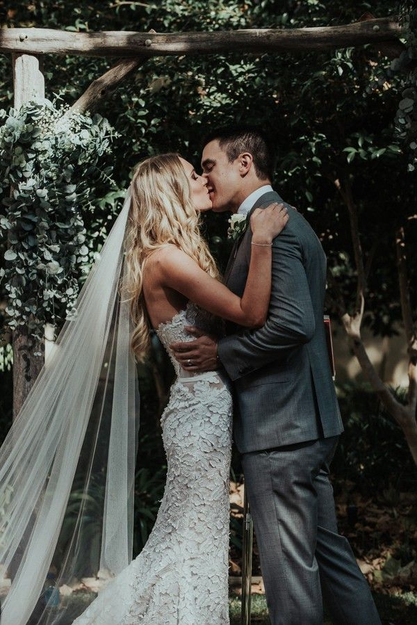Floor-length veil & breathtaking bridal style | Image by Shannon Stent images