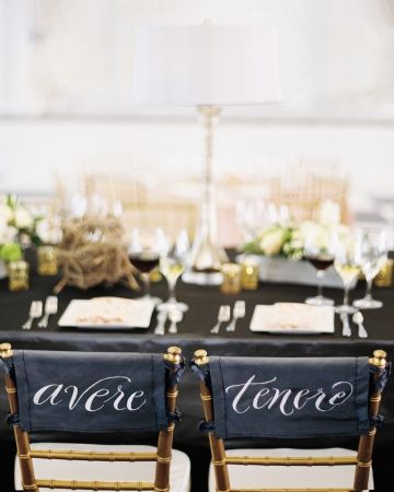 """These newlyweds marked their spots at the head table with the Italian words for """"to have"""" and """"to hold"""""""