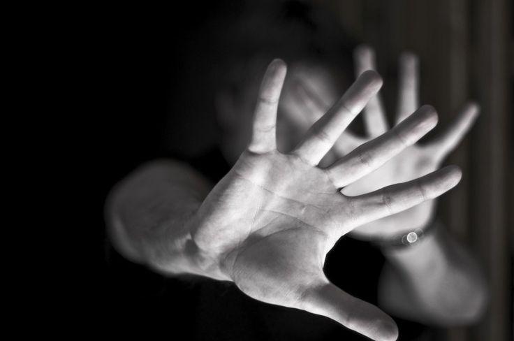 A cada três horas, uma mulher é estuprada no Brasil. No total, são oito vítimas de violência sexual por dia. Esses dados representam apenas os casos que são denunciados pelo telefone 180, do Governo Federal. Muitas pessoas acabam não denunciando por vergonha ou medo do agressor.