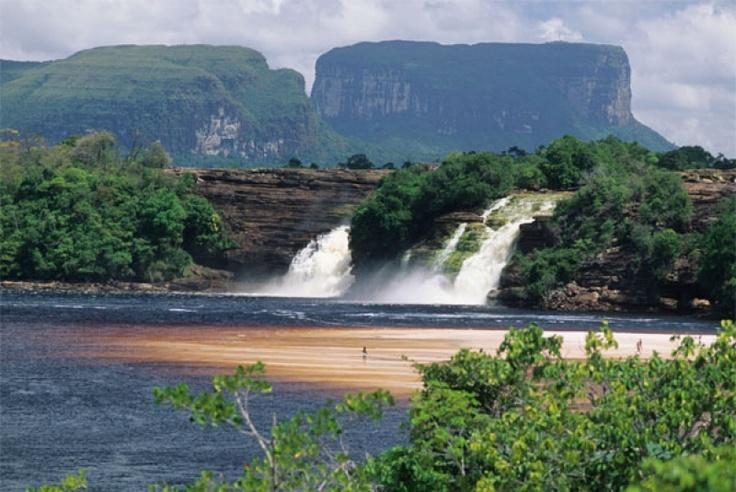 Acha cascada desemboca en el lago de Canaima. Meseta llamado Tepui se eleva en el fondo. En esta región del sur de Venezuela, Angel Falls es una cascada gota grande en el mundo como una sola etapa.