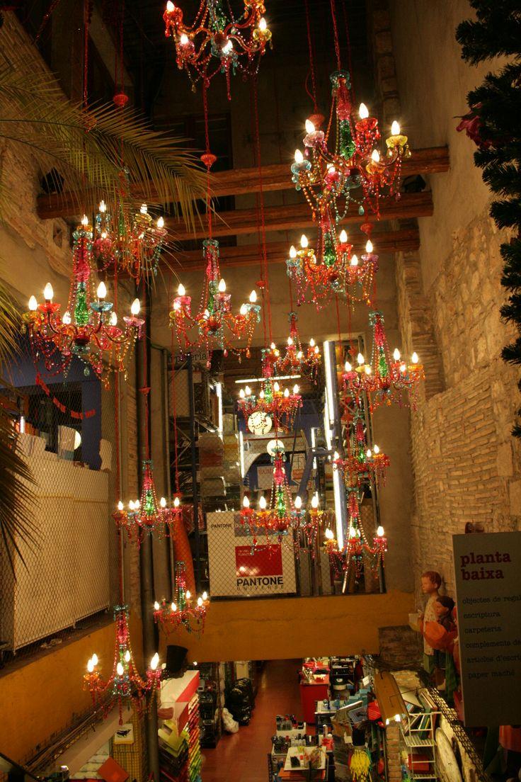 Tienda saturada de elementos decorativos , al ser una tienda grande que da bien y llama la atencion . IV