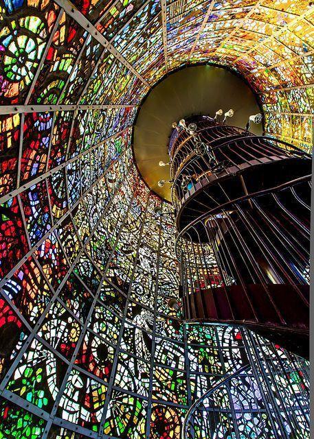 圧巻!箱根 彫刻の森の「ステンドグラスでできた塔」がまるで異世界のように美しい | by.S