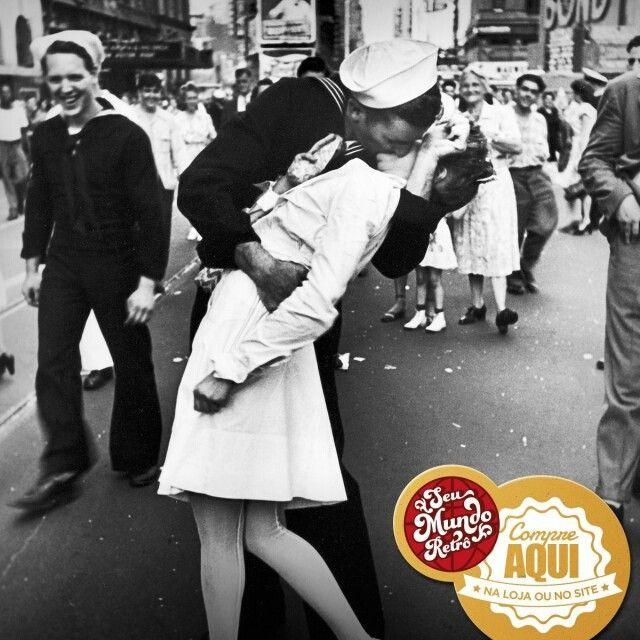 Conhece essa foto? Ela é do fotógrafo Alfred Eisenstaedt, mostra o marinheiro Glenn Edward McDuffie beijando  uma enfermeira desconhecida, de surpresa, ao saber do fim da Segunda Guerra Mundial. Outros tempos, não? Temos a reprodução dessa e de outras fotografias famosas aqui na loja.  #Foto #História #Kiss #RetroLovers