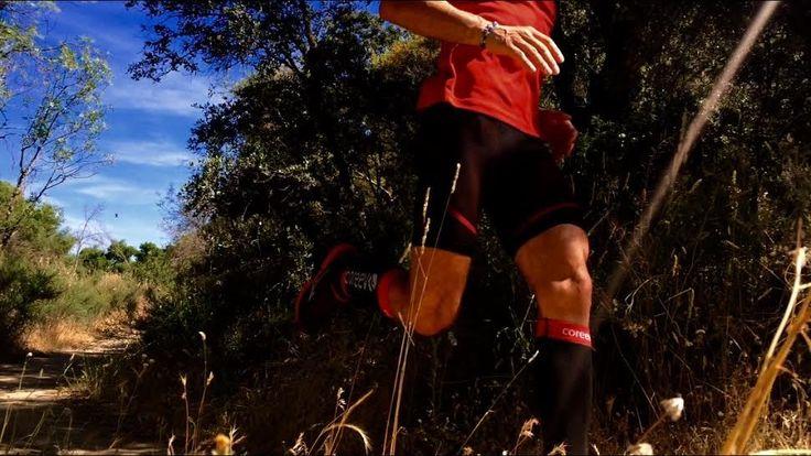 La compresión se inventó hace más de 50 años en el campo de la medicina. La finalidad era mejorar la circulación sanguínea y la recuperación de tejidos para el post-operatorio. Hoy en día se utiliza en el mundo deportivo por sus múltiples cualidades para mejorar el rendimiento deportivos.