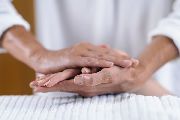 Do you know that reiki is a healing energy? Understand how reiki can be a form of alternative therapy by activating the body's natural healing process. Reiki Treatment, Self Treatment, Reiki Therapy, Massage Therapy, Massage Dos, Reiki Music, What Is Reiki, Le Reiki, Reiki Courses