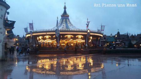 Reflejos tras la lluvia en el carrousel de Lancelot. Disneyland Paris en invierno. Viajes con niños. Travelling with kids