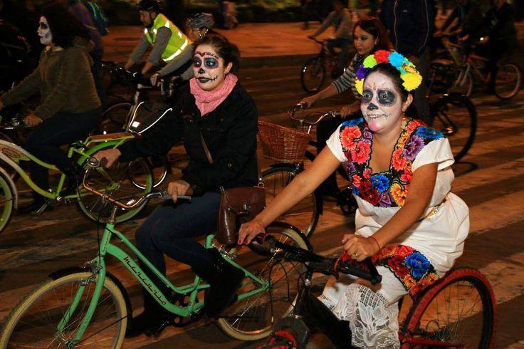 Paseo nocturno en bicicleta - Súbete a la bici disfrazado de catrina y pedalea por Paseo de la Reforma hasta el Bosque de Chapultepec para disfrutar de una rodada nocturna y tenebrosa, pero llena de mucha diversión. Vete bien caracterizado que habrá concurso de disfraces.    Cuándo: 4 de noviembre de 19:00 a 23:00 hrs.  Dónde: Paseo de la Reforma y Bosque de Chapultepec.