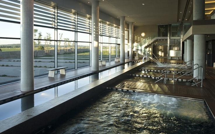 Circuito de hidroterapia con cinco piscinas interiores, saunas, baño a vapor, sanarium, caldarium, duchas tropicales y de hielo.