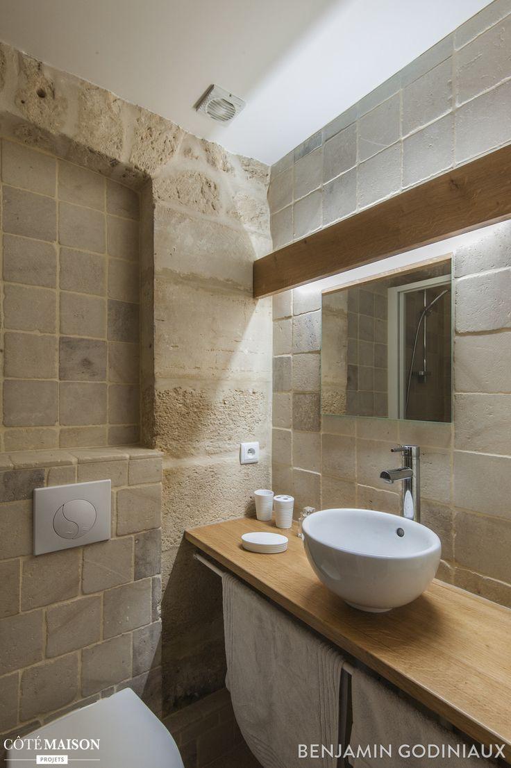 Une salle de bains avec un vasque en chêne, une réalisation signée Goodnova Godiniaux