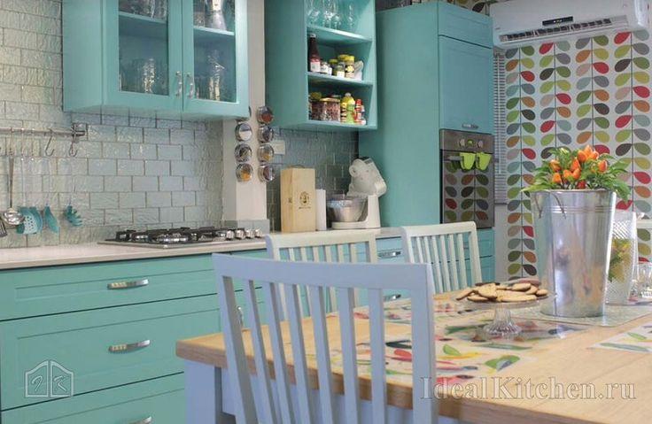 Советы дизайнера, какие обои выбрать для кухни в разных стилях, виды и фото обоев в интерьере — здесь.
