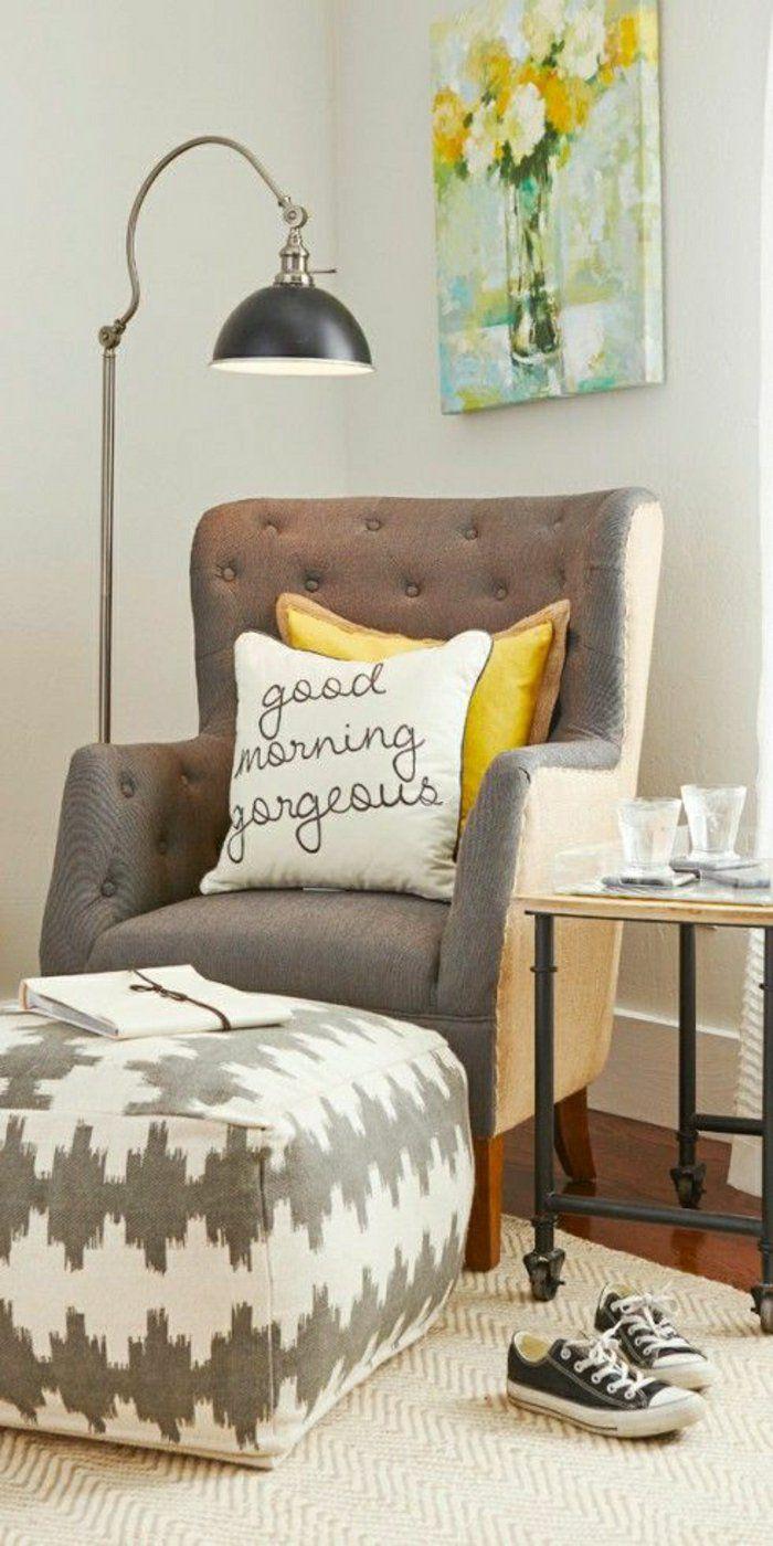 une jolie lampe de lecture gris et tapis beige de salon et canape gris de lecture