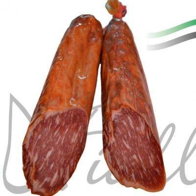 Lomo Ibérico Bellota al Pimentón de la Vera De los mejores cerdo ibéricos de bellota hemos elaborado esta deliciosa chacina. Posee un alto contenido en omega 3 y ácido oleico que disminuye el colesterol y es cardiosaludable. El lomo le hemos desprovisto completamente de su grasa externa dejando la intramuscular, gracias a ésta, el lomo adquiere una textura sabrosa y un sabor inconfundible. Aliñado con productos 100% naturales y un toque al Pimentón de la Vera.