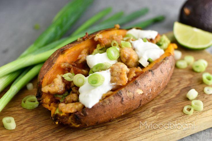 Taco aardappels? Jazeker! Gepofte (zoete) aardappels met een tacovulling! Met dit recept maak je zelf taco aardappels!
