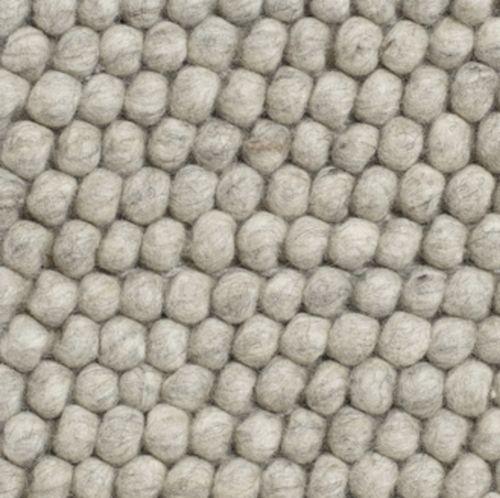 Peas er laget av hundrevis av små ullkuler, sydd sammen til et vakkert teppe med myk tekstur. HAY samarbeider med små, lokale veverier i India og Nepal, både for å gi sårt trengte arbeidsplasser og for å opprettholde et høyt kvalitetsnivå. Kom gjerne innom butikken på Sagene for å se på teppeprøver.Bestillingvare med ca leveringstid ca 4 uker.80 x 140 cm80 x 200 cm140 x 200 cm170 x 240 cm ( På lager til omgående levering ! )100 x 300 cm200 x 300 cm