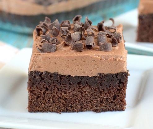 Μια εύκολη συνταγή για ένα υπέροχο σοκολατένιο κέικ με μπανάνες, καλυμμένο με μια τέλειααφράτη κρέμα νουτέλας. Ένα τέλειο, γευστικότατο και πλούσιο κέικ,