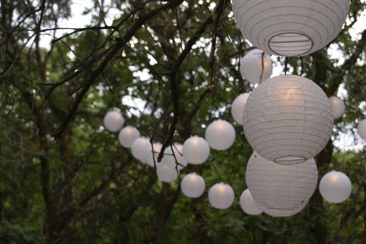 Versier je tuinfeest door slingers LED verlichte lampionnen op te hangen.   #lampion #led #lampionnen #tuinfeest #wedding #weddingideas #huwelijk #gardenwedding #trouwen #horeca #event #eventplanner #styling #tuin #garden #party #decoratie #decoration Fete de mariage decoration, Lanternes en papier. Hochzeit dekoration, paper lanterns, hangende lantaarn, Bruiloftsborden, huwelijks ideeën