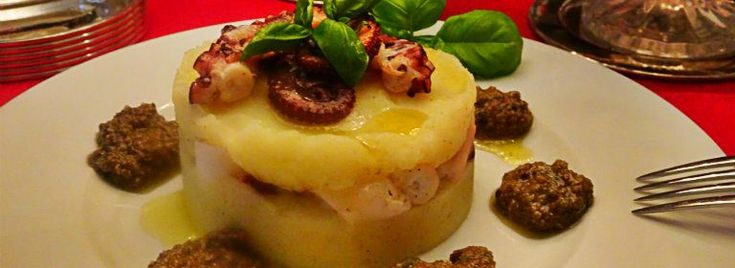 Tortino di #polpo e #patate con pesto di #olive #taggiasche Un abbinamento tradizionale di gusti per il tortino di polpo e patate con pesto di olive taggiasche, antipasto classico e perfetto per aprire un menu di #pesce.