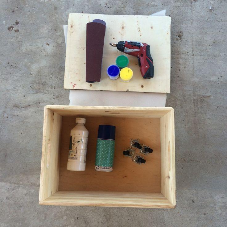 Wystarczy drewniana skrzynka, trochę sklejki, gąbki tapicerskiej i resztka materiału by zrobić zamykaną pufę do dziecięcego pokoju. Prosty i tani sposób DIY.