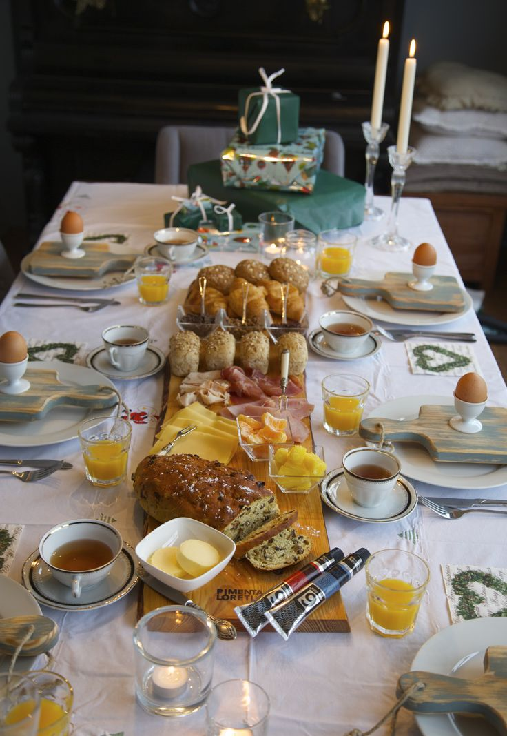 Kerst ontbijt tafel met robuuste serveerplank. Christmas breakfast table. www.pimentaloreti.nl