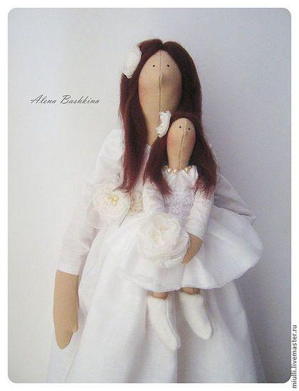 Купить или заказать Куколки Тильда 'Дочки-матери' в интернет-магазине на Ярмарке Мастеров. Композиция из кукол Тильда, сделана по индивидуальному заказу. Счастливая мамочка лапочки-дочки Мама размером 53 см Мама одета в белоснежное хлопковое платье с воздушной брошью, кружевные носочки и вязаные балетки. Волосы - шерсть Набивка - холлофайбер Станет отличным подарком, на рождение малыша, крестины и свадьбу, а так же неповторимым декором светлой, детской комнаты * К сожалению, (или к…