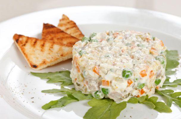 Insalata russa con tonno e uova sode - L'insalata russa è un goloso antipasto di tradizione, ideale da aggiungere a un buffet ricco e variato.