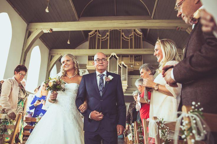 Father giving away the bride at her wedding. An emotioneel moment. / Het weggeven van de bruid door haar vader. Een emotioneel moment. Ik ben graag jullie trouwfotograaf! Made by me / Gemaakt door mij. real wedding photography spontane trouwfoto's trouwfotografie bruidsfotografie emotie spontaneous wedding pictures emotion