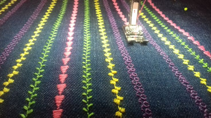 Sara houd bijna net zoveel van rokjes als jurken. Dus nu maak ik een leuk jeansrokje voor haar en dat versier ik met de siersteken van de Bernina 550.  Benodigdheden • Een stuk jeansstof • Boordstof • Elastiek • Patroon voor een a-lijn rokje • Ellana in 4 verschillende kleuren • DecoBob in de kleur van de spijkerstof • Stik en trek borduurvlies  De basis voor he ...