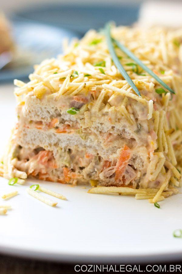 Torta fria de atum é um lanche rápido e muito fácil de preparar. Faça camadas com pão de forma e um delicioso recheio de pasta de atum com cenoura, milho verde e azeitona.   cozinhalegal.com.br