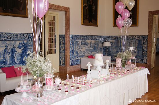 A beautiful space, a palace decorated with the typical Portuguese tiles made this a truly princess baptism .. pink and white were the chosen colors with touches of gold. Lima Limao was in charge of the dessert table and distribution of the tables of the guests, as well as all decor. Our baby stroller was a sensation and stood out on blue background