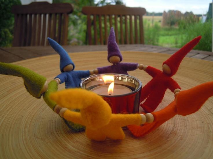 Zwergentanz in Regenbogenfarben für den Jahreszeitentisch, auf dem Esstisch .... zaubert ein ganz besonderes Licht...    Die kleinen Zwerge fassen sic