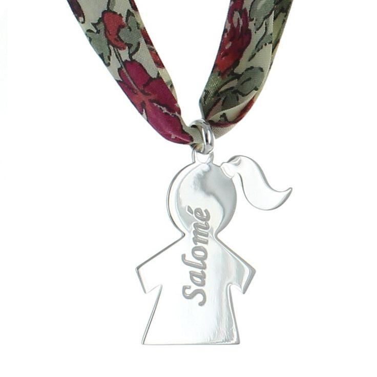 Le pendentif chérubin monté sur ruban Liberty.