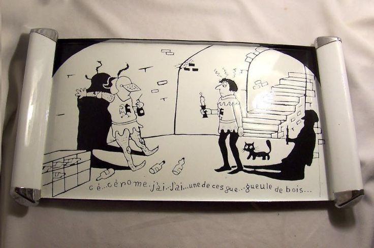 PLATEAU dessin HUMORISTIQUE en TOLE émaillée 1960-70 scène SOLDAT médiéval CHAT