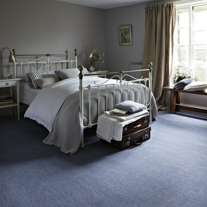 einrichtungsideen schlafzimmer lila teppichboden helle wände koffer