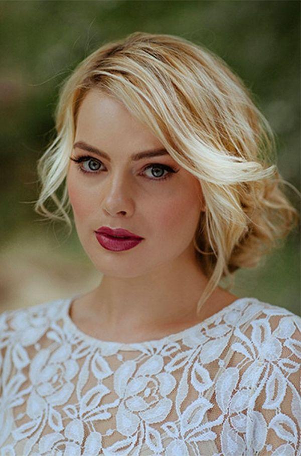 Margot Robbie .//. Blonde hair, fuschia lips, blue eyes