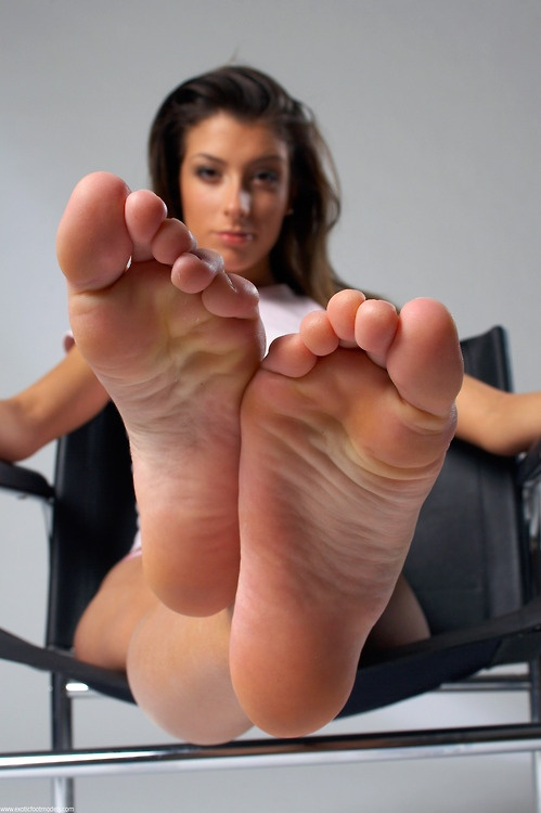 Mature Feet Femdom - Simply put, I love gorgeous women with sexy feet. Yes, I have a foot  fetish. I am particular with feet though. I am not into male feet, feet  that.