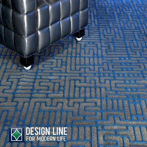 Geometrinen Nemoh matto petroolin värissä. Matto on kudottu kolmiulotteisesti pohjasävy on grafiitin harmaa. Tämän maton koko on 240 x 300 cm. Design Mischioff. Myös muissa sävyissä.