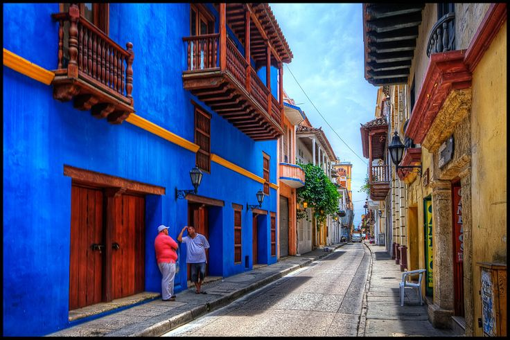 Le strade colorate di Cartagena - By Pedro Szekely from Los Angeles, USA (Cartagena, Colombia) [CC BY 2.0 (http://creativecommons.org/licenses/by/2.0)], via Wikimedia Commons