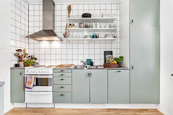 Fräscht kök med arbetsytor och förvaringsmöjligheter.