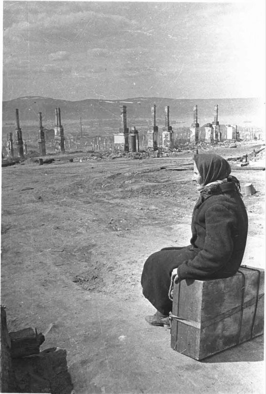 Мурманск после немецких бомбардировокBy the number and density caused by bombing the city of Murmansk Soviet cities is second only to Stalingrad. As a result of German bombing had destroyed three-quarters of the city's buildings.