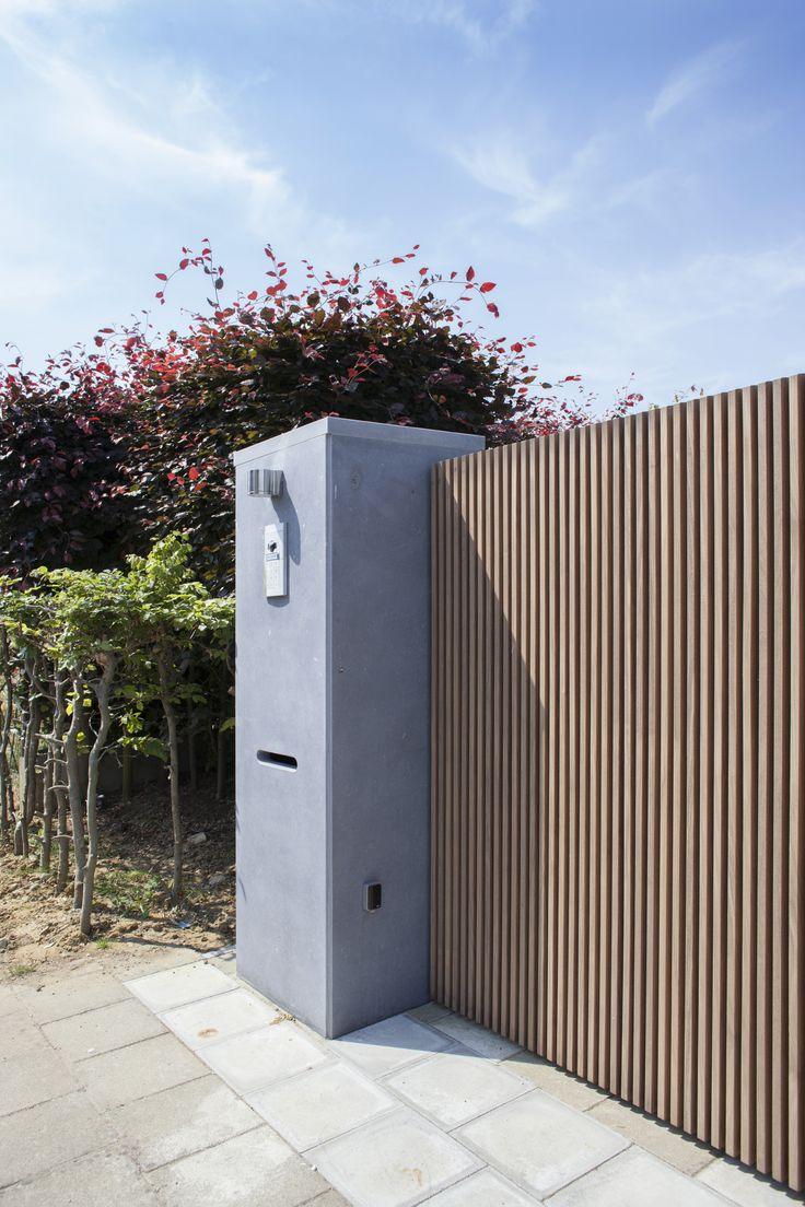 moderne minimalistisch strakke tuinpoort architecturaal maatwerk fijne latjes design vervaardigd uit afrormosia hout in vichte door Pouleyn