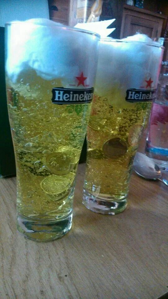 Gele gel in een bierglas, muntjes erin en afdekken met watten