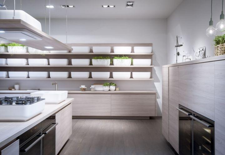 La nuova collezione Ki di Scavolini firmata da Nendo punta a realizzare in cucina una atmosfera elegante e minimalista. Fulcro del progetto l'impiego di semplicissimi piani in legno e un elemento contenitore bianco che può essere ripetuto all'infinito