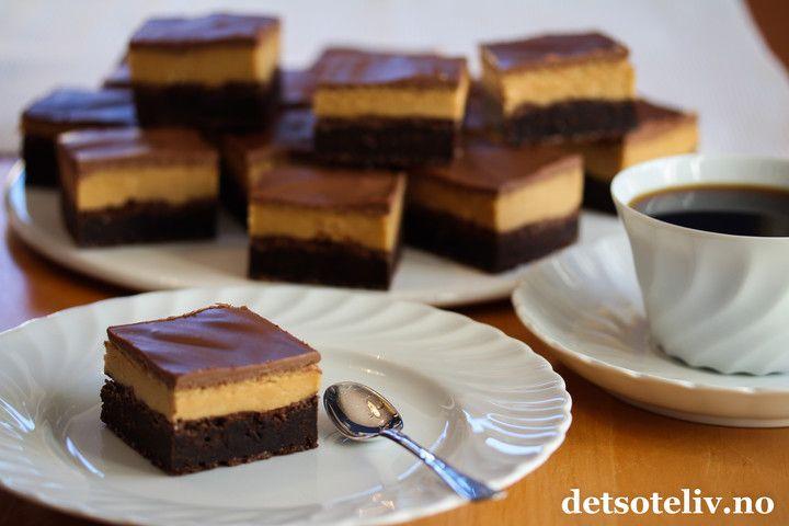Buckeye Brownies er en himmelsk god, amerikansk klassiker! Her er bløt, mørk sjokoladebrowniesforenet med peanøttkrem og melksjokoladeglasur..... ah, nam! GOD HELG, DERE!