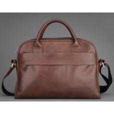 OLYMPIQUE NOBLE - это мужская сумка для ноутбука Олимпик формата А4 из натуральной кожи. Внутри специальное мягкое отделение для ноутбука, планшета или ультрабука, позволяющее носить цифровое устройство даже без специального защитного чехла. В основном отделении есть 2 дополнительных кармана. закрывающихся на молнию. Снаружи на передней стенке карман, закрывающийся на молнию и открытый карман.