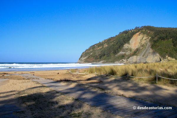 La playa de Rodiles #Asturias. Playas más guapas de Asturias [Más info] http://www.desdeasturias.com/la-playa-de-rodiles/
